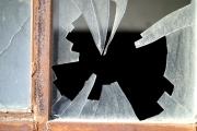 Жительница Каменского района пожаловалась в полицию на коллекторов, которые разбили окно ее дома, из-за долга бывшего сожителя