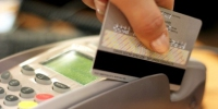 Хитрая продавщица воспользовалась банковской картой, потерянной покупателем