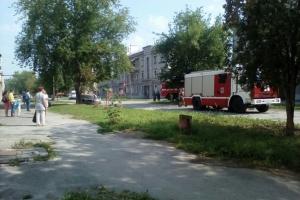 Сегодня днем на улице Беляева в Каменске-Уральском загорелась машина, в которой находились две маленькие девочки