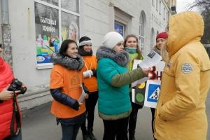 В Каменске-Уральском забинтованные студенты устроили необычную акцию у пешеходного перехода