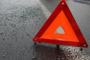 В Каменске-Уральском неизвестный автомобиль сбил женщину на тротуаре и протаранил иномарку