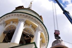 На колокольне Свято-Троицкого Кафедрального Собора в Каменске-Уральском установлен один из самых больших колоколов в регионе