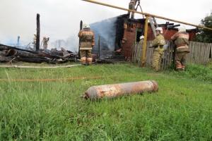 Фотоподробности пожара в Позарихе. Огнеборцам удалось предотвратить разрушительный взрыв