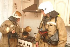 Дважды за сутки пожарным Каменска-Уральского пришлось выезжать для борьбы с… пригоревшей пищей