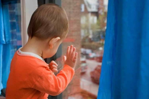 Вчера в Каменске-Уральском 3-летний мальчик выпал из окна квартиры на втором этаже