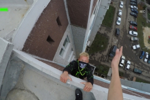 Руфер из Каменска-Уральского вдохновил залезть на крышу малолеток