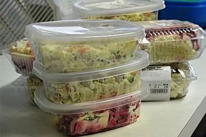 Санитарные врачи проверили качество салатов, которые продаются в Каменске-Уральском