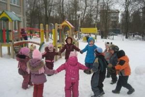Из-за холодов сотрудникам детсадов Каменска-Уральского рекомендуют сократить время прогулок с детьми