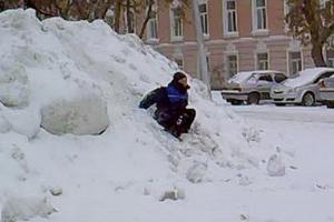 В Каменске-Уральском коммунальщики организовали дополнительный осмотр дворов. Ищут опасные снежные горки, которые уберут
