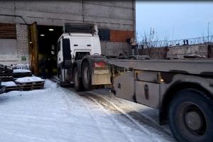 В Каменске-Уральском судебным приставам пришлось взламывать ангар, что передать два тягача и два прицепа другому хозяину