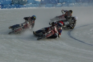 Гонщики из Каменска-Уральского выиграли первый этап командного чемпионата России по ледовому спидвею