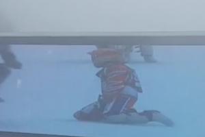 На этапе чемпионата мира по ледовому спидвею гонщик из Каменска-Уральского получил травму. А заезды прекратили из-за тумана