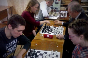 «Короли» против «Принцесс». Необычная матчевая встреча по шахматам прошла в Каменске-Уральском