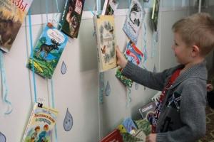 «Книжный дождь». Необычная выставка-акция начала работать в библиотеке имени Пушкина в Каменске-Уральском