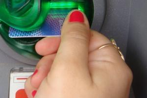 Собутыльница украла у жительницы Каменска-Уральского банковскую карточку