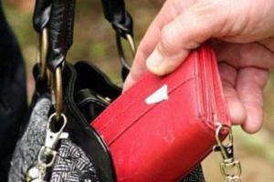 Жительница Каменска-Уральского в автобусе осталась без кошелька, а потом с ее карточки еще и сняли деньги