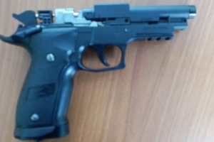 Пистолет, который изъяли у 17-летнего молодого человека у школы №60, отправили на экспертизу