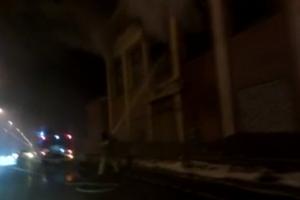 В Каменске-Уральском сегодня вечером опять горело пустующее здание УПК на Кирова. Видеоподробности пятничного ЧП