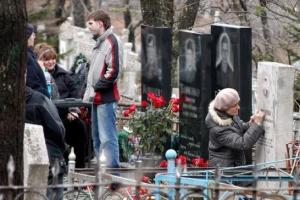 Накануне родительского дня в Каменске-Уральском провели уборку на территории кладбищ, а 25 апреля автобусы в их направлении будут ходить по особому графику