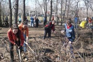 Общегородские субботники в Каменске-Уральском стартуют 15 апреля. Во дворах работа уже началась