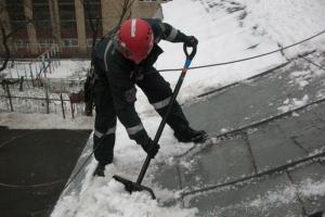 Коммунальщики Каменска-Уральского до потепления планируют убрать снег с максимального количества крыш домов