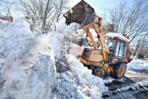 28 тысяч 700 кубометров снега вывезли с начала января с улиц Каменска-Уральского, по которым движется автомобильный транспорт