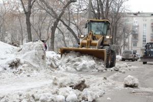 В Каменске-Уральском начали активно вывозить снег из дворов многоквартирных домов