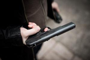 В Каменске-Уральском у входа в школу задержали молодого человека, который с пневматическим пистолетом пришел выяснить отношения с девушкой, бросившей его