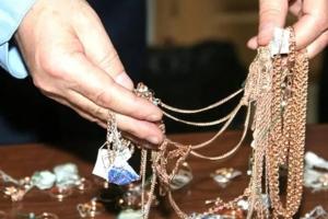 В Каменске-Уральском у молодого человека в кафе украли золотых украшений на 140 тысяч рублей