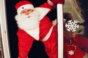 Креатив – враг безопасности. В Каменске-Уральском «Деду Морозу» не дали начать поздравление с появлением из окна