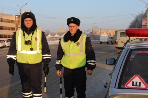 В непогоду отрудники ГИБДД Каменска-Уральского отремонтировали печку в машине автолюбительницы из Курганской области