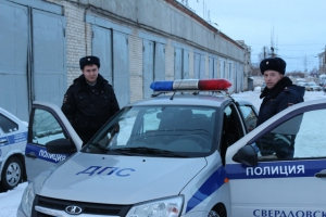Очередной подвиг сотрудников ГИБДД Каменска-Уральского. Они спасли двух женщин и ребенка, которые замерзали в машине