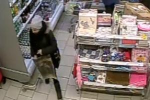 В Каменске-Уральском ищут девушку, которая в магазине украла кошелек у одной из посетительниц