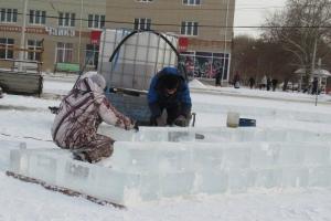 Строителям новогодних городков в Каменске-Уральском не хватает льда