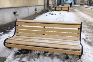 В Каменске-Уральском продолжают устанавливать новые скамейки во дворах