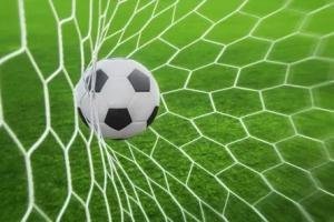Лидеры чемпионата Каменска-Уральского по футболу одержали свои очередные победы в турнире