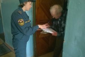 Сотрудники МЧС Каменска-Уральского проводят операцию «Жилье». Проверяют пожарную безопасность в квартирах горожан