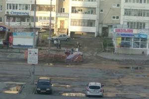 В Каменске-Уральском сегодня внедорожник провалился в яму коммунальных раскопок