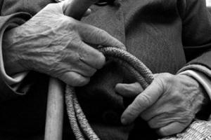 В Каменске-Уральском неизвестный злодей отобрал у 89-летней пенсионерки авоську с продуктами