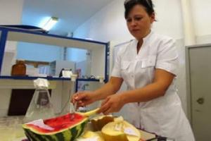 Санитарные врачи Каменска-Уральского проверили овощи и фрукты, которые продают горожанам. Самыми опасными для здоровья оказались арбузы