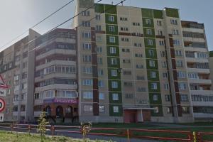 Вчера вечером в Каменске-Уральском при проведении кровельных работ с крыши 9-этажки упал 20-летний молодой человек