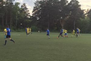 Главные фавориты чемпионата Каменска-Уральского по футболу продолжили свои победные серии