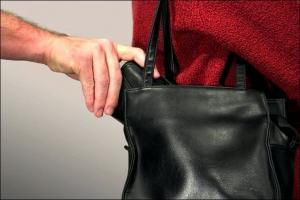 В Каменске-Уральском у 87-летней пенсионерки в магазине украли кошелек с деньгами