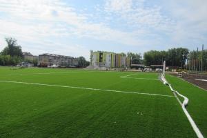 В Каменске-Уральском завершается укладка искусственного газона футбольного поля на стадионе школы №25