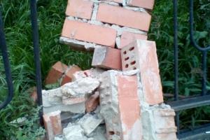 Частично обрушившийся столб в Каменске-Уральском продолжает позорить улицу Алюминиевую, которую горожане признали главной в городе