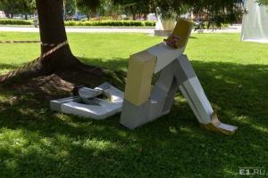 К чемпионату мира по футболу в Каменске-Уральском изготовили скульптуру отдыхающего игрока