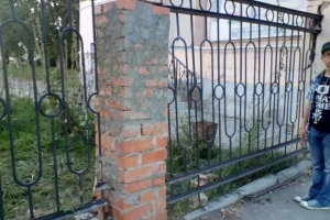 Рухнувший столб в заборе на улице в Каменске-Уральском начали восстанавливать