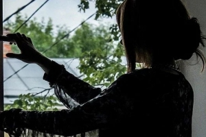 В Каменске-Уральском 19-летняя студентка выпала из окна. Спасти ее не удалось