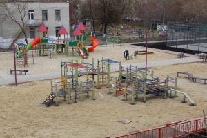 Завершается строительство дворовой площадки на улице Добролюбова в Каменске-Уральском в рамках программы «Формирование комфортной городской среды»