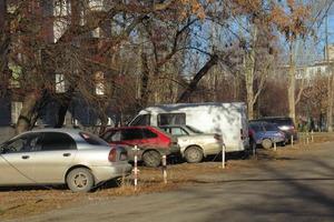 Как в Каменске-Уральском теперь бороться с теми, кто паркуется на газонах и детских площадках